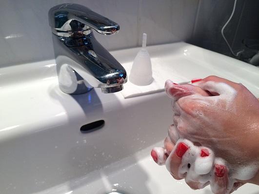 Reinigung der Menstruationstasse
